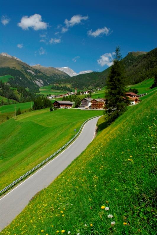 Piccolo villaggio in Trentino Alto Adige immerso nel verde e giardini - Movingitalia.it