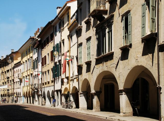 Via Vittorio Veneto e archi a Udine - Movingitalia.it