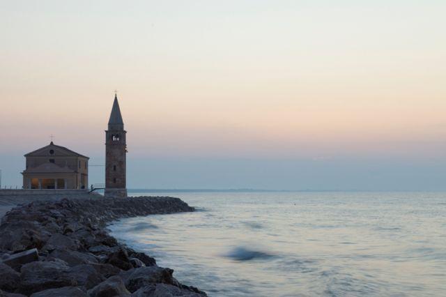 Mare  sullo sfondo chiesa Madonna dell'Angelo a Caorle nel Veneto - Movingitalia.it