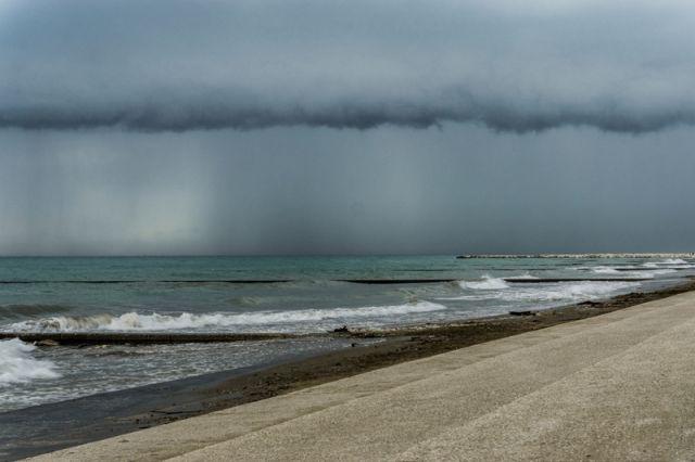 Tempesta sulla spiaggia a Caorle nel Veneto - Movingitalia.it