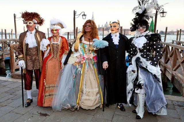 Gruppo di amici a Venezia maschere vicino Piazza San Marco, Carnevale di Venezia - Movingitalia.it