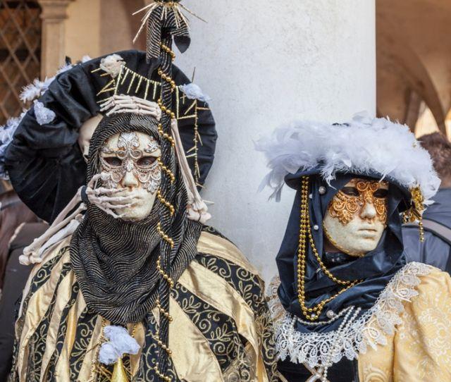 un travestimento spaventoso scheletro durante i giorni del Carnevale di Venezia - Movingitalia.it