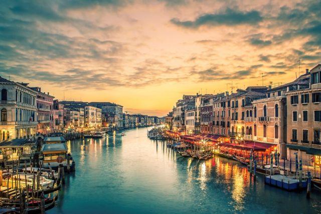 Foto panoramica all'alba di Venezia - Movingitalia.it