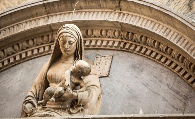 Statua madre e bambino nella chiesa di Venezia - Movingitalia.it