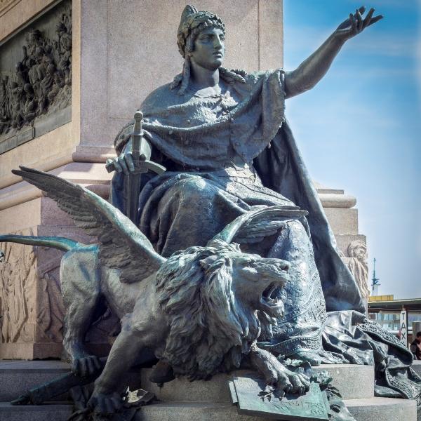 Statua nella Riva degli Schiavoni a Venezia - Movingitalia.it