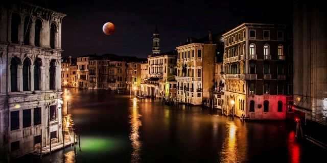 Edifici e case di notte a Venezia - Movingitalia.it