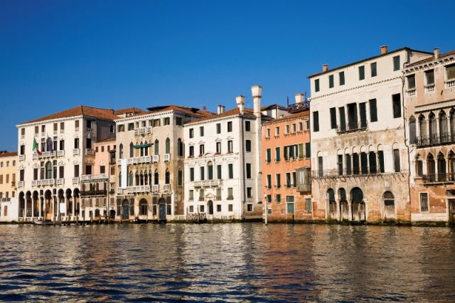 Sullo sfondo case ed edifici a Venezia - Movingitalia.it