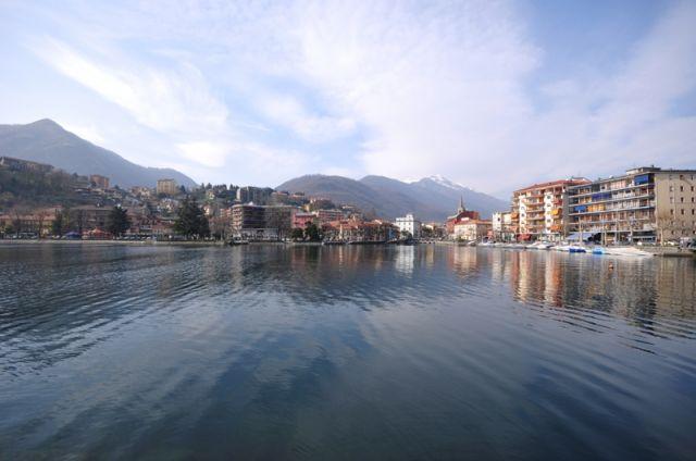 Lago d`Orta nella città di Omegna