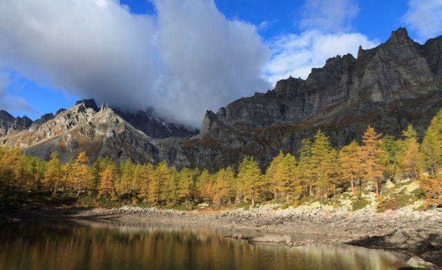 Lago nero e Alpi