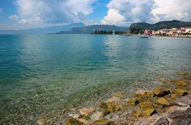 Foto panoramica della città di Bardolino e Lago Maggiore