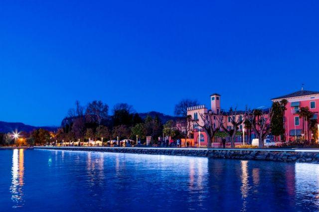 Foto panoramica di notte della città di Bardolino e Lago di Garda