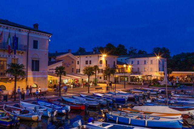 Foto di sera del porto di Bardolino