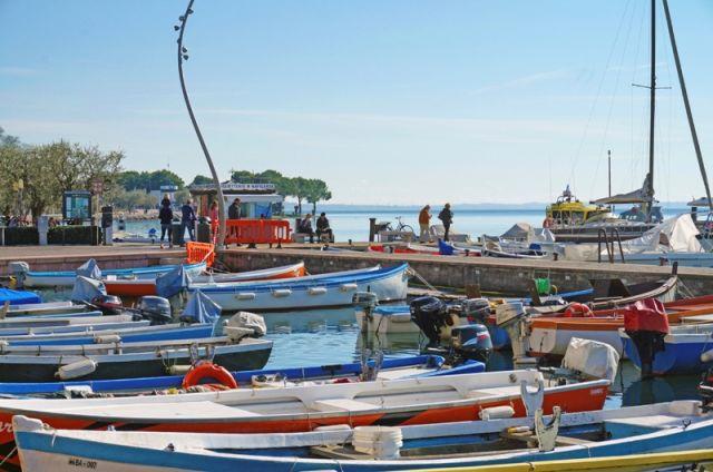 Foto panoramica del porto di Bardolino