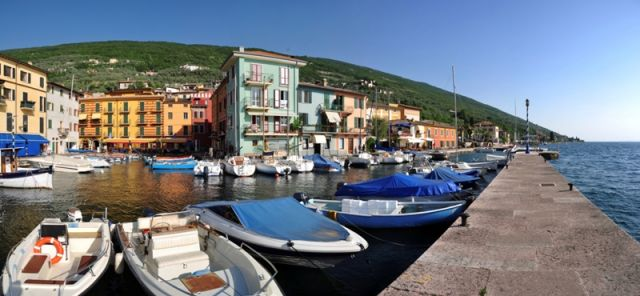 Piccolo porto di Castelletto di Brenzone nel Lago di Garda - Movingitalia.it