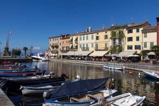 Foto panoramica del porto di Lazise nel Veneto