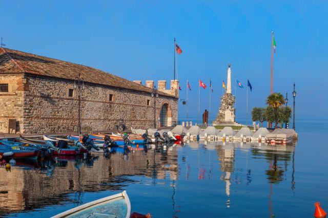Foto panoramica del porto di Lazise