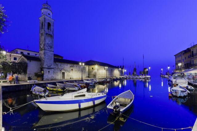 Porto di sera a Lazise nel Veneto - Movingitalia.it