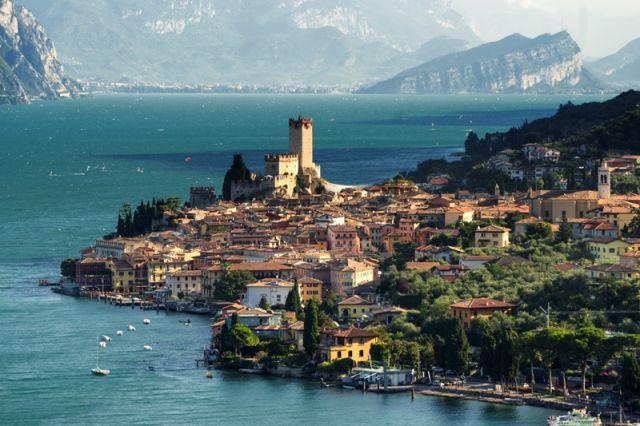 Foto panoramica della bella città di Malcesine - Movingitalia.it