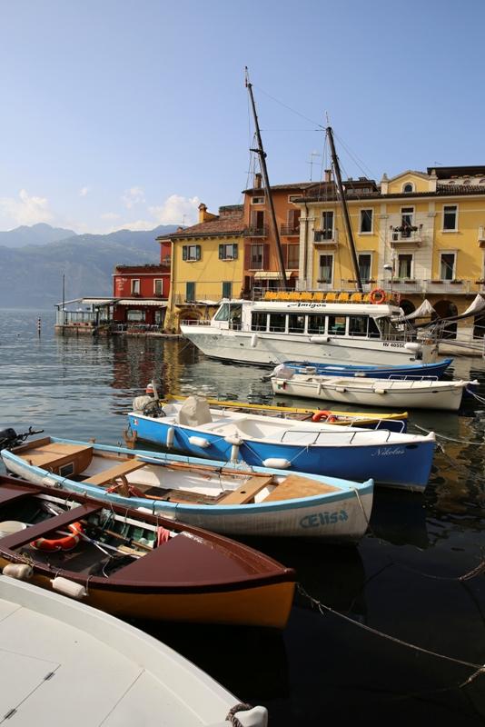 Foto primo piano barche nel porto di Malcesine nel Lago di Garda - Movingitalia.it