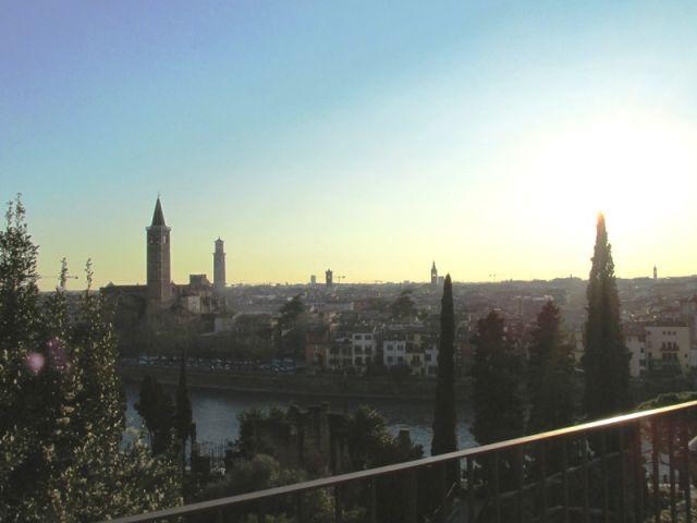 Vista panoramica Verona dal teatro romano - Verona - Movingitalia.it