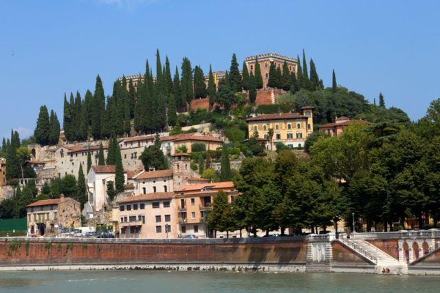 Veduta di Castel San Pietro, con cipressi a Verona, l'Italia in una giornata estiva - Movingitalia.it