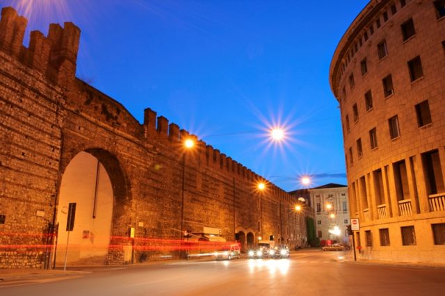Foto di notte e piazza di Verona - Movingitalia.it
