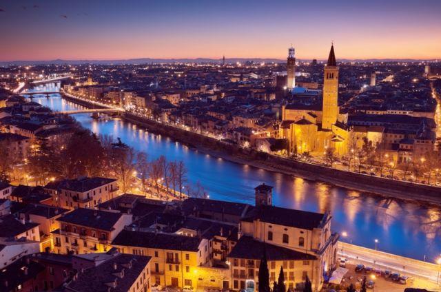 Foto panoramica della città di Verona di notte - Movingitalia.it