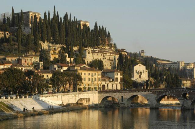 Foto panoramica della città di Verona - Movingitalia.it