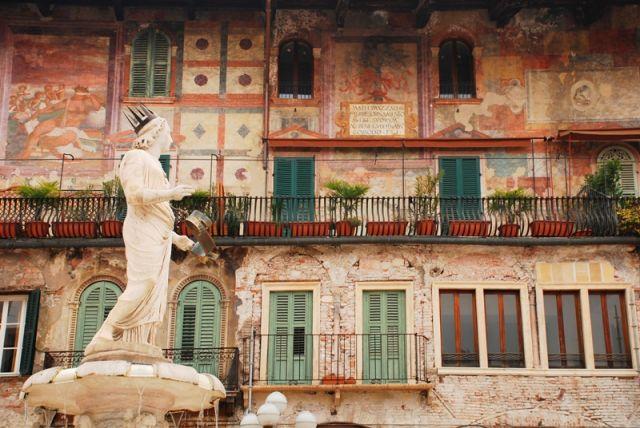 Piazza delle Erbe e statua della Madonna a Verona - Movingitalia.it