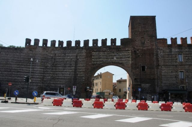 Mura medievale e arco a Verona - Movingitalia.it