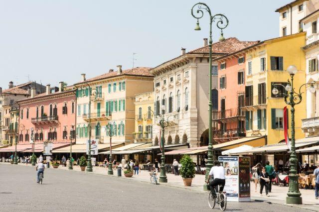 Case ed edifici nella piazza Bra a Verona - Movingitalia.it