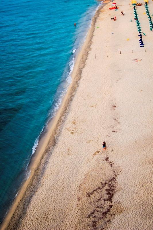 Foto dall'alto della spiaggia a Tropea in Calabria
