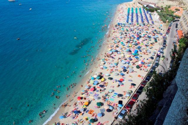 Foto dall'alto ombrelloni e spiaggia a Tropea in Calabria