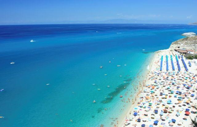 Foto panoramica del mare e spiaggia a Tropea in Calabria