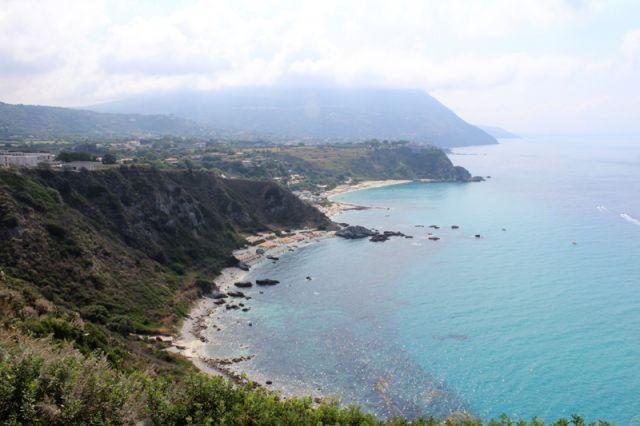 Foto panoramica della spiaggia a Tropea in Calabria