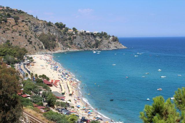 Foto panoramica della spiaggia di Tropea in Calabria