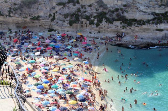 Foto panoramica piena di ombrelloni a Tropea in Calabria