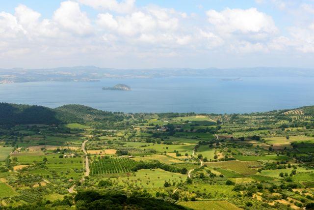 Valle e lago di Bolsena nella città di Montefiascone - Movingitalia.it
